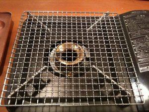 ガスコンロに餅焼き用の網をのせます