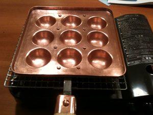 餅焼き網の上に銅鍋をおく